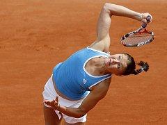 Dinara Safinová podává ve vítězném zápase s Vitalijí Djatčenkovou.