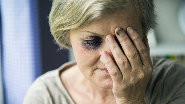Násilné jednání vůči seniorům. Při tomto slovním spojení běhá mráz po zádech. Bohužel v posledních letech počet takových násilných činů, ať už fyzických, nebo psychických, roste.