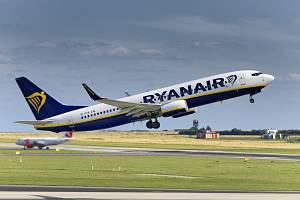 Letadlo společnosti Ryanair na letišti v Praze.
