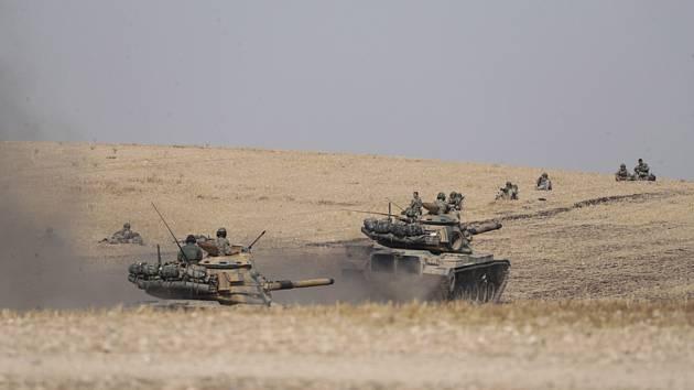 Turecké tanky a vojáci u syrského města Manbidž na snímku z 15. října 2019.