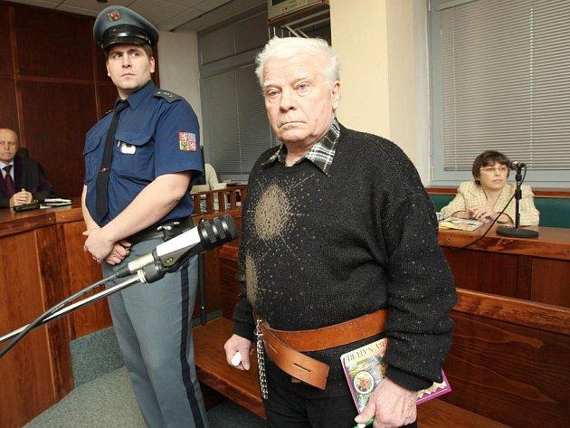 Sedmdesátiletý důchodce Eduard Černý se při jednání trestního senátu omluvil pozůstalým za zavraždění svého souseda a jeho družky.