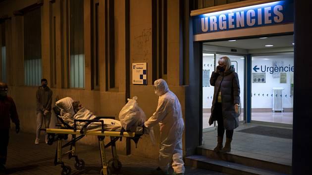 Převoz pacienta s podezřením na nákazu koronavirem na ambulanci v Barceloně 27. března 2020