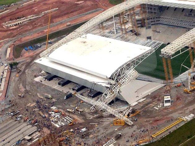 Takhle vypadal rozestavěný stadion Itaquerao po zřícení jeřábu.