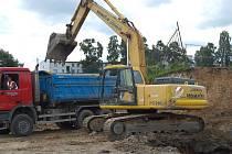 Stavba koupaliště v Tachově pokračovala podle plánu. Bagr už začal hloubit budoucí bazén.