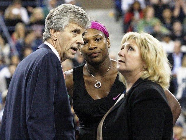 Šéfrozhodčí Earley se dohaduje s hlavní rozhodčí, zda potrestají chování Sereny Williamsové.