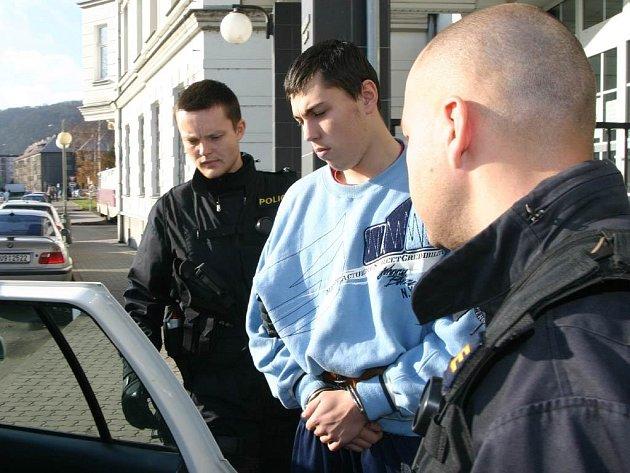 ÚTOČNÍK DOPADEN. Policejní eskorta odváží od soudu do vazby zadrženého nebezpečného 19letého mladíka, který začátkem listopadu pobodal u garáží ve Skoroticích řidiče BMW.