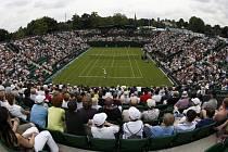Tenis na Wimbledonu láká diváky na všechny kurty.