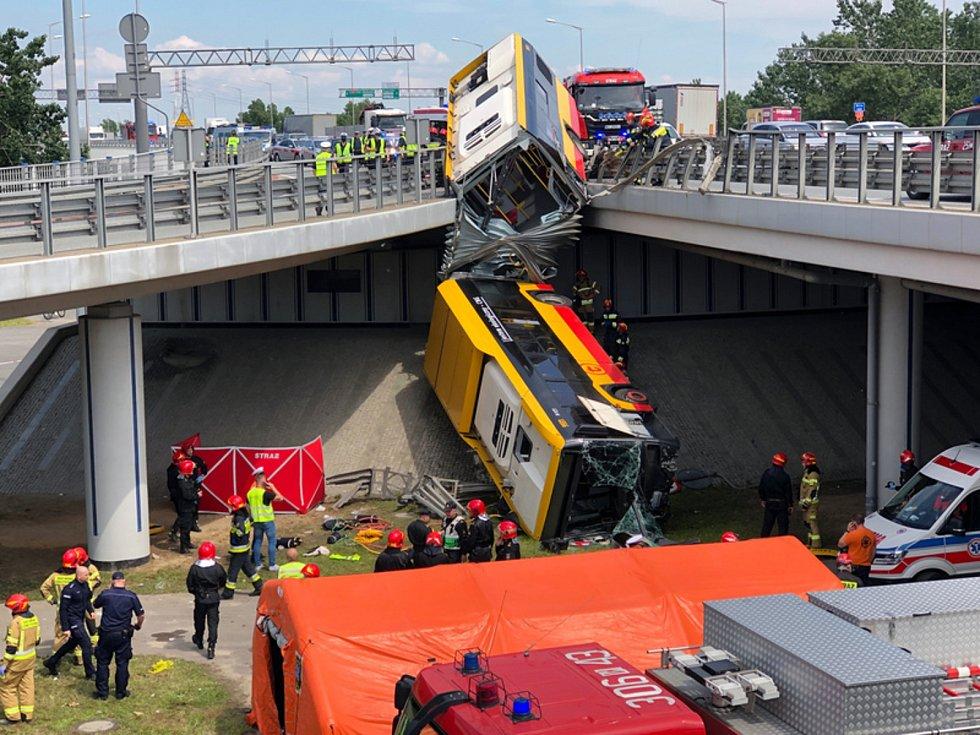 Rozpůlený autobus MHD po pádu z nájezdu na most ve Varšavě (na snímku z 25. června 2020)