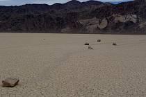"""Takzvané plachtící či klouzající se kameny jsou jednou z nejslavnějších """"atrakcí"""" kalifornského Údolí smrti"""