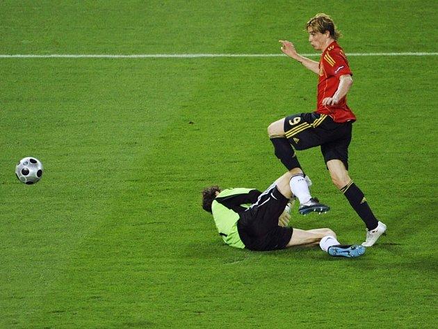 Fernando Torres otevírá skóre finálového duelu.