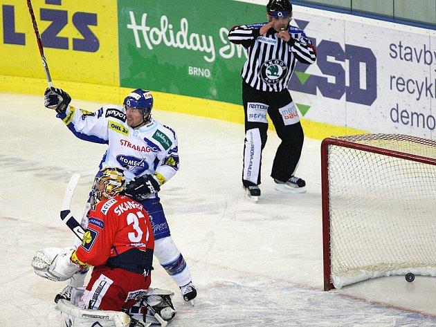 Slávista Milan Hnilička inkasuje rozhodující gól. Vstřelil ho brněnský Pavel Mojžíš.