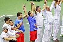 Radující se český tým.
