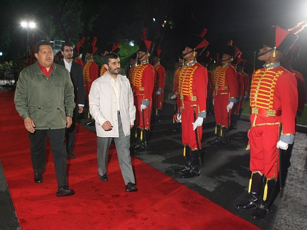 Iránský prezident Ahmadinežád a jeho venezuelský protějšek Hugo Chávez (vlevo) na společné schůzce.
