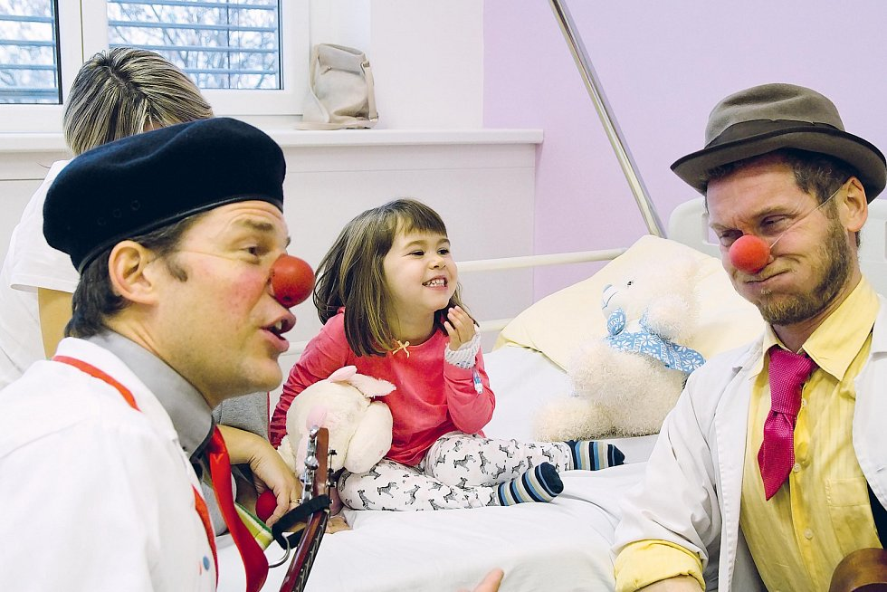 Nemálo malých pacientů chce v nemocnici zůstat déle, aby si ještě užili legraci s klauny.