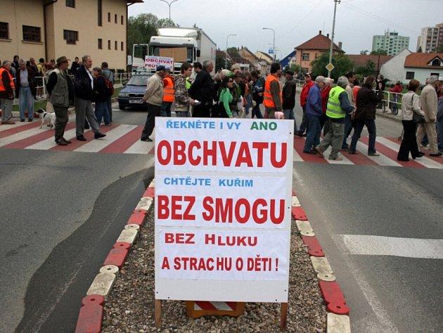 Blokáda kvůli obchvatu. Chrudim není jediné město, které usiluje o obchvat. Loni na podzim například stejně protestovali v Kuřimi na Brněnsku.