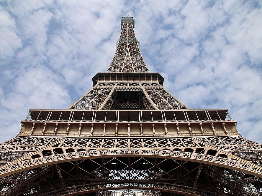 Eiffelova věž, kterou ročně navštíví téměř 7 miliónů návštěvníků, je po otravě a oběšení třetím nejčastějším pomocníkem sebevrahů v zemi. Přesná čísla však úřady odmítají zveřejnit.