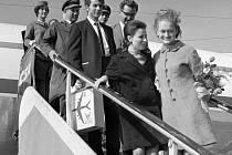 Jana Čepková a Oleg Staněk, kteří přežili s lehčími zraněními katastrofu československého letadla u Ganderu vystupují z letadla a vítají je rodinní příslušníci. Snímek z roku 1967.