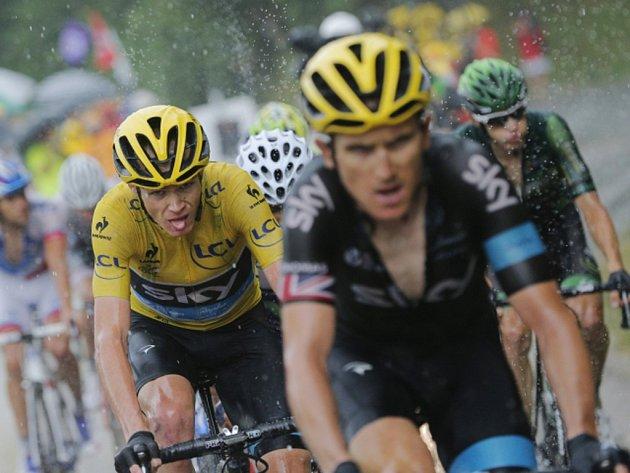 Lídr Chris Froome (vlevo) v deštivé dvanácté etapě Tour de France.