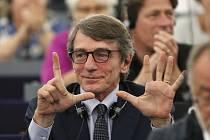 Italský socialista David-Maria Sassoli ukazuje, o kolik hlasů mu v prvním kole uniklo zvolení předsedou Evropského parlamentu