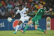 Asamoah Gyan z Ghany (vlevo) se prosazuje proti Alžírsku.