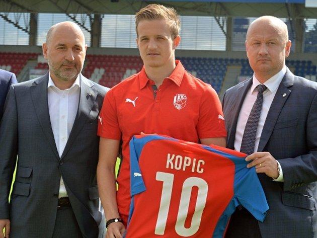 Posila Plzně Jan Kopic (uprostřed) s majitelem klubu Tomášem Paclíkem (vlevo) a generálním manažerem Adolfem Šádkem.