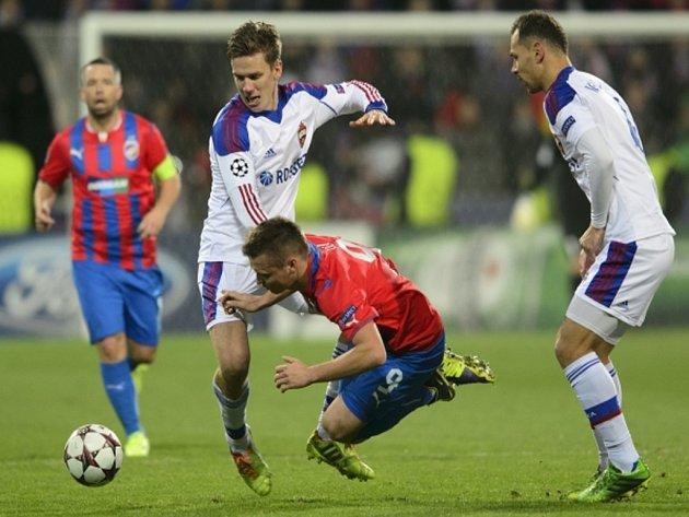 Pontus Wernbloom z CSKA Moskva (vlevo) a Stanislav Tecl z Plzně.