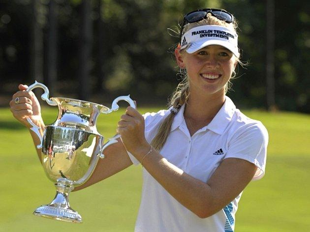 Golfistka Jessica Kordová s trofejí pro vítězku turnaje v Mobile.