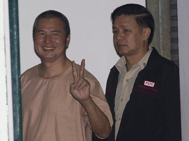 Somjot Pruksakasemsuk (vlevo)