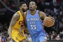 Kevin Durant z Oklahomy (vpravo) se snaží prosadit proti Clevelandu.