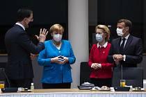 Druhý den bruseldkého summitu k záchrannému fondu EU, zleva nizozemský premiér Mark Rutte, německá kancléřka Angela Merkelová, šéfka Evropské komise Ursula von der Leyenová a francouzský prezident Emmanuel Macron, 18. července 2020