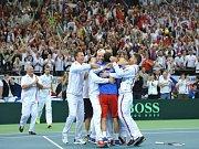 Čeští tenisté se radují z triumfu ve finále Davis Cupu proti Srbsku.