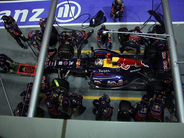 Sebastian Vettel v noční Velké ceně Singapuru.
