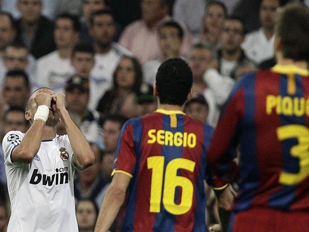 Pepe (vlevo) z Realu Madrid reaguje na červenou kartu proti Barceloně.