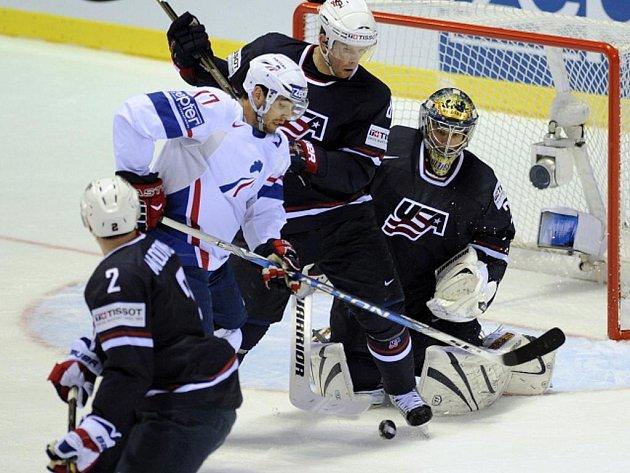 Sacha Treille (vlevo) z Francie a Američané Mike Komisarek (uprostřed) a gólman Ty Conklin.