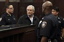 Šéf Mezinárodního měnového fondu (MMF) Dominique Strauss-Kahn, který byl v New Yorku zadržen kvůli podezření z pokusu o znásilnění hotelové pokojské, byl v pondělí převezen z vyšetřovací vazby do věznice na ostrově Rikers.