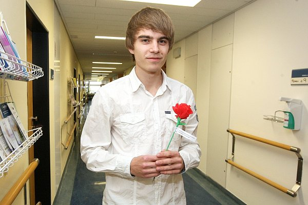 Student Daniel Vodrážka při akci, kdy studenti zMise naděje rozdávali onkologickým pacientům papírové růže spovzbuzujícími hesly.