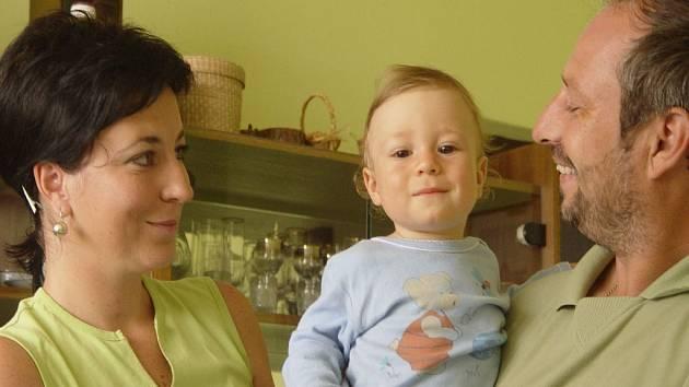Snědl kaši a skončil v nemocnici. Roční Štěpán Chovanec je vymodlené dítě. O to větší strach měla rodina z toho, co našla na dně dětské instanční kaše. Zapáchající hroudy ho málem stály život.