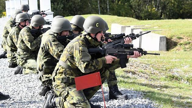 Sportovci Dukly při střelbě.