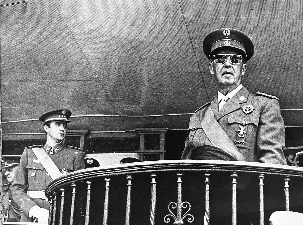 Krize byla jistým dědictvím rozporuplné éry diktátora Franciska Franka (na snímku vpravo ve společnosti budoucího krále Juana Carlose I.), již si část armádních důstojníků přála zachovat