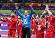 Čeští házenkáři děkují po výhře nad Alžírskem fanouškům.