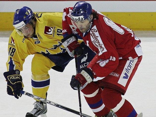 Jaromír Jágr (vpravo) bojuje se Švédem Oscarem Hedmanem.