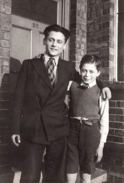 Asaf s bratrem v Anglii v roce 1940