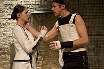 Premiérou dramatu Richard III. s Jiřím Langmajerem v titulní roli (a Klárou Issovou po jeho boku)  začínají v úterý 26. června Letní shakespearovské slavnosti.