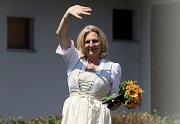 Rakouská ministryně zahraničí Karin Kneisslová pozvala na svatbu Vladimíra Putina.