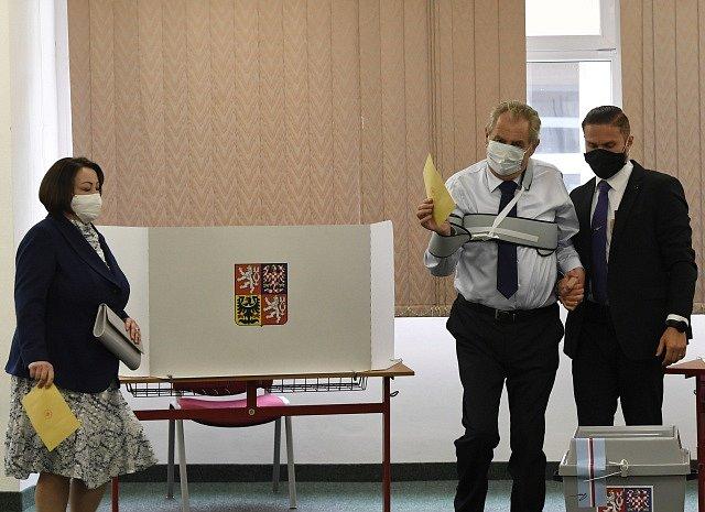 Prezident Miloš Zeman odevzdal svůj hlas v senátních volbách.