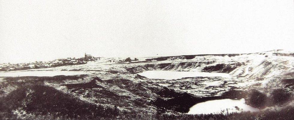 Uhelná ložiska Benedikt a Elizabeth v mostecké části Vtelno. Těžilo se tam od 19. století. Rekultivační práce ale ponurou měsíční krajinu přeměnily v moderní sportovně-rekreační areál Benedikt s vodní nádrží pro rybolov.