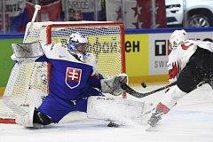 Slovenský brankář Marek Čiliak se pokouší zlikvidovat šanci Tristana Scherweyho ze Švýcarska.