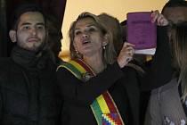 Jeanine Áňezová - Místopředsedkyně bolivijského Senátu Jeanine Áňezová hovoří z balkonu prezidentského paláce s biblí v rukou k davu poté, co se prohlásila dočasnou prezidentkou země (snímek z 12. listopadu 2019).