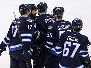 Michael Frolík z Winnipegu (vpravo) se raduje se spoluhráči z gólu proti San Jose.
