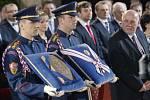 Vojáci Hradní stáže přinášejí ústavu a státní vyznamenání do Vladislavského sálu Pražského hradu, kde 8. března Miloš Zeman složil prezidentský slib a na dalších pět let se ujal prezidentského úřadu. Vpravo je předseda ústavního soudu Pavel Rychetský.